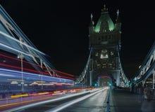 光在塔桥梁在晚上,伦敦,英国落后 免版税图库摄影