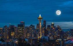 光在有满月的西雅图来  免版税库存照片
