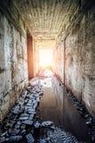 光在被充斥的隧道尽头 库存图片