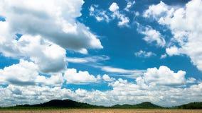 光在阳光天覆盖蓝天在泰国 免版税库存图片