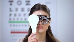 光学试验框架结束眼睛和紧压的女性,恶劣的视觉问题 股票录像