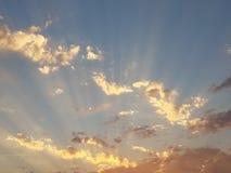 光彩的多云日落 库存照片