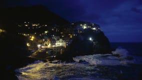 光扣人心弦的夜视图在Manarola村庄在意大利,五乡地海岛 股票视频