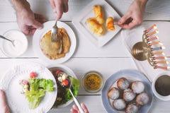 光明节传统晚餐顶视图 库存照片