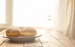 光明节在土气桌上的庆祝概念油炸圈饼与胜利 图库摄影