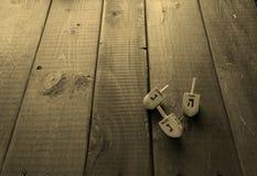 光明节在土气桌上的庆祝概念dreidls 免版税库存照片