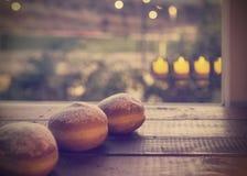 光明节庆祝概念油炸圈饼和烛光反射 免版税库存照片
