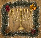 光明节是犹太新年 与圣诞节装饰品的蜡烛在木背景