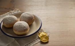 光明节油炸圈饼和巧克力coi庆祝概念特写镜头  库存照片