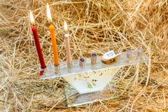 光明节犹太教灯台和木头Dreidels 免版税库存图片