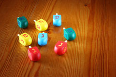 光明节的木dreidels在木桌上 免版税图库摄影