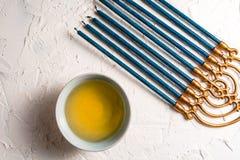 光明节的片段与蓝色蜡烛和黄油的在碗对角线 免版税库存图片