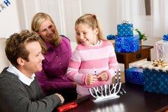 光明节:准备好的家庭点燃蜡烛 库存照片