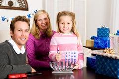 光明节:家庭与Menorah的假日画象 库存图片