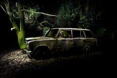 光木被绘的击毁的汽车 库存图片