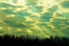 光束在多云天空的在黄昏在11月下旬 库存照片