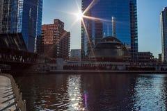 光束延伸在lig芝加哥河和塑象微小的射线  免版税库存照片