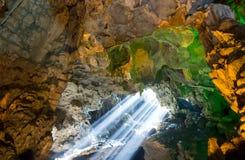 光束通过天花板孔在Dau去在Ha长海湾的洞 库存照片