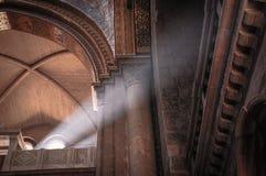 光柱在教会里 免版税库存照片