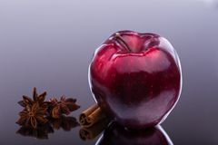 光泽在黑暗的背景的红色苹果计算机 库存照片