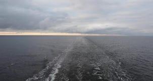 光滑保持在一艘去的船的船尾的后水苏醒愤概条纹 多云天气的波罗的海 影视素材