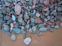 光滑的五颜六色的石头和沙子 免版税库存照片