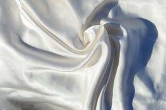 光滑的典雅的白色丝绸或缎豪华布料纹理可能使用当婚礼背景 豪华背景desig 免版税库存图片