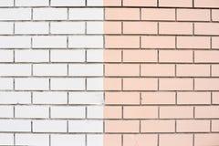 光滑的砖墙 白色和桃红色油漆 同样砖 库存照片