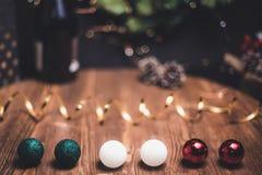 光滑的遮荫圣诞节和新年与圆的bokeh,瓶的装饰背景香槟和新年的球形 免版税库存照片