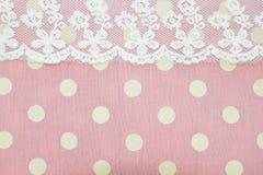 光点图形和鞋带在桃红色织品纹理 库存图片