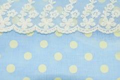 光点图形和鞋带在蓝色织品纹理 免版税库存图片