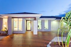 光的前面打开现代豪宅与木地板a 库存图片