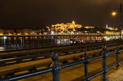 光的布达城堡,布达佩斯夜照片和多瑙河,垂悬 图库摄影
