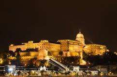 光的布达城堡,布达佩斯,匈牙利夜照片  免版税库存照片