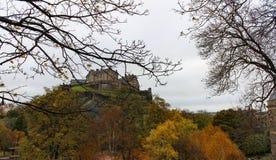 光秃的树从Street Garden王子的现出轮廓的爱丁堡城堡 库存图片
