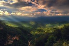 光穿过云彩,山风景 免版税库存照片