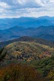 光突出在秋天颜色盖的一座更低的山 免版税图库摄影