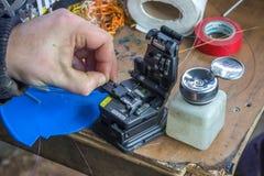 光纤技术员手劈开纤维2 免版税库存图片
