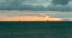 光线定期流逝在海或海洋的日落的 在热带的热的夏天天气 全景运动 影视素材