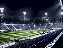 光线的空的足球场在晚上 免版税库存图片