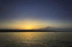 光芒四射的海海滩日出 免版税库存图片