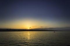光芒四射的海海滩日出 库存图片
