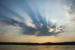光芒太阳轻打破从与n的云彩的后面 免版税库存照片