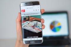 光芒禁令公司网站在手机屏幕的 库存照片