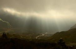 光芒通过在雷暴的云彩 免版税库存照片