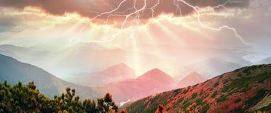 光芒通过风暴 免版税库存照片