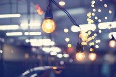 光装饰事件节日和室外的圣诞灯 免版税库存照片