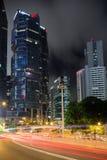 光足迹和摩天大楼在香港在晚上 库存图片