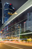 光足迹和摩天大楼在香港在晚上 免版税库存照片