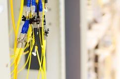 光连接器和光纤在临时安装 免版税库存图片